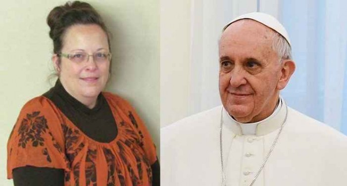 'Please Pray for Me, Holy Father:' Kim Davis Embraces 'Pope Francis,' Bursts Into Tears Receiving Rosary