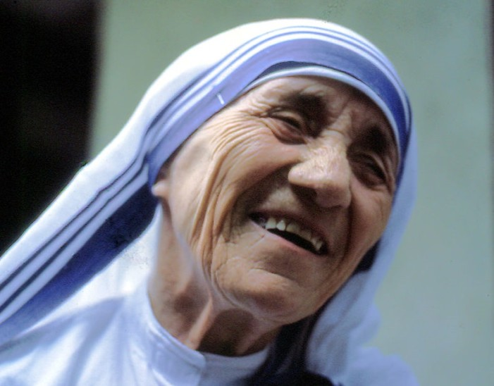 'Mother Teresa' Declared a Saint by 'Pope Francis' After Being Credited With Miracles in Death